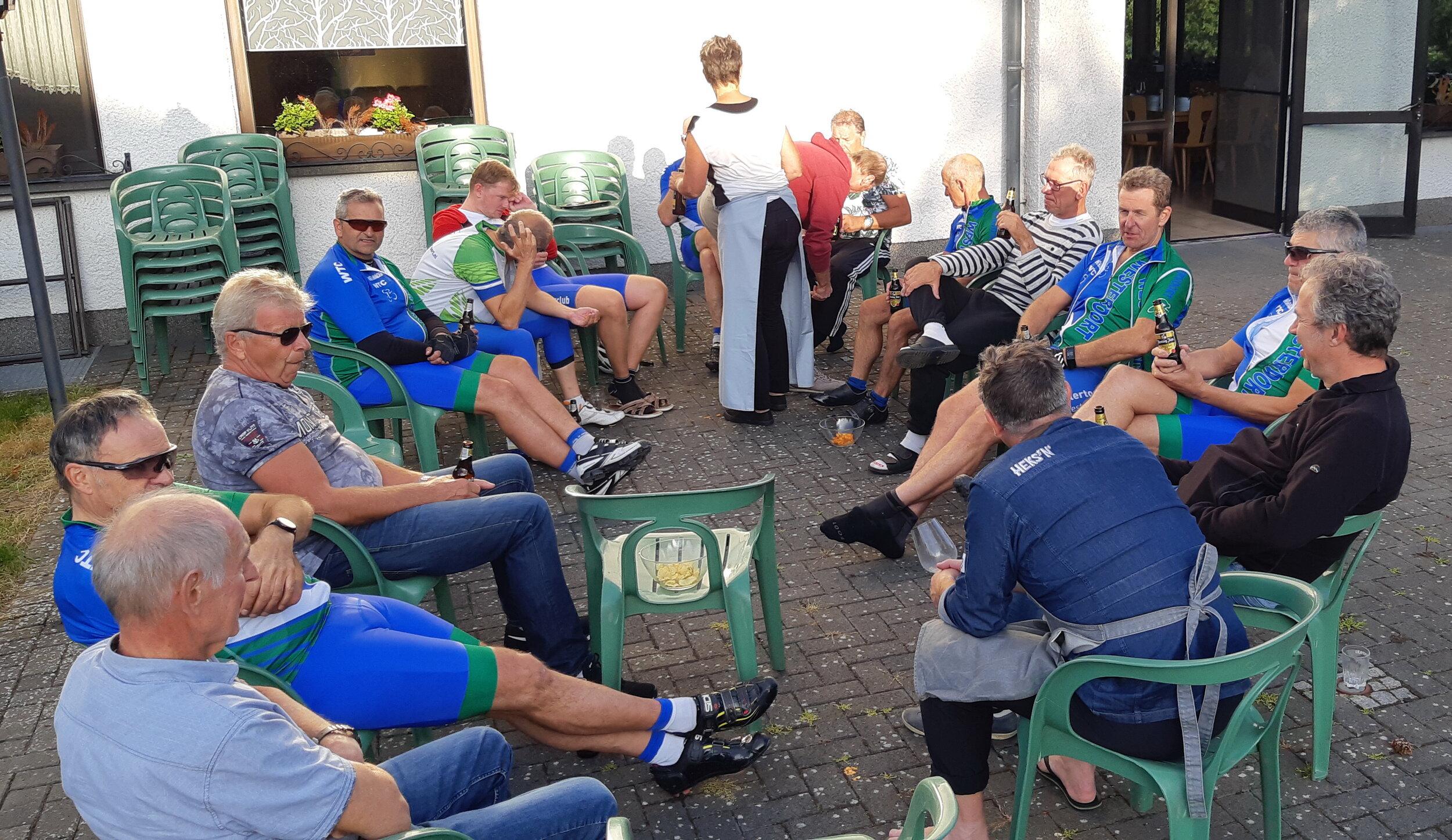 Maar gelukkig komt iedereen weer gezond en wel terug bij de accommodatie. Waarna we nog lekker even in het zonnetje buiten kunnen zitten. Het was een fantastische fietsdag!