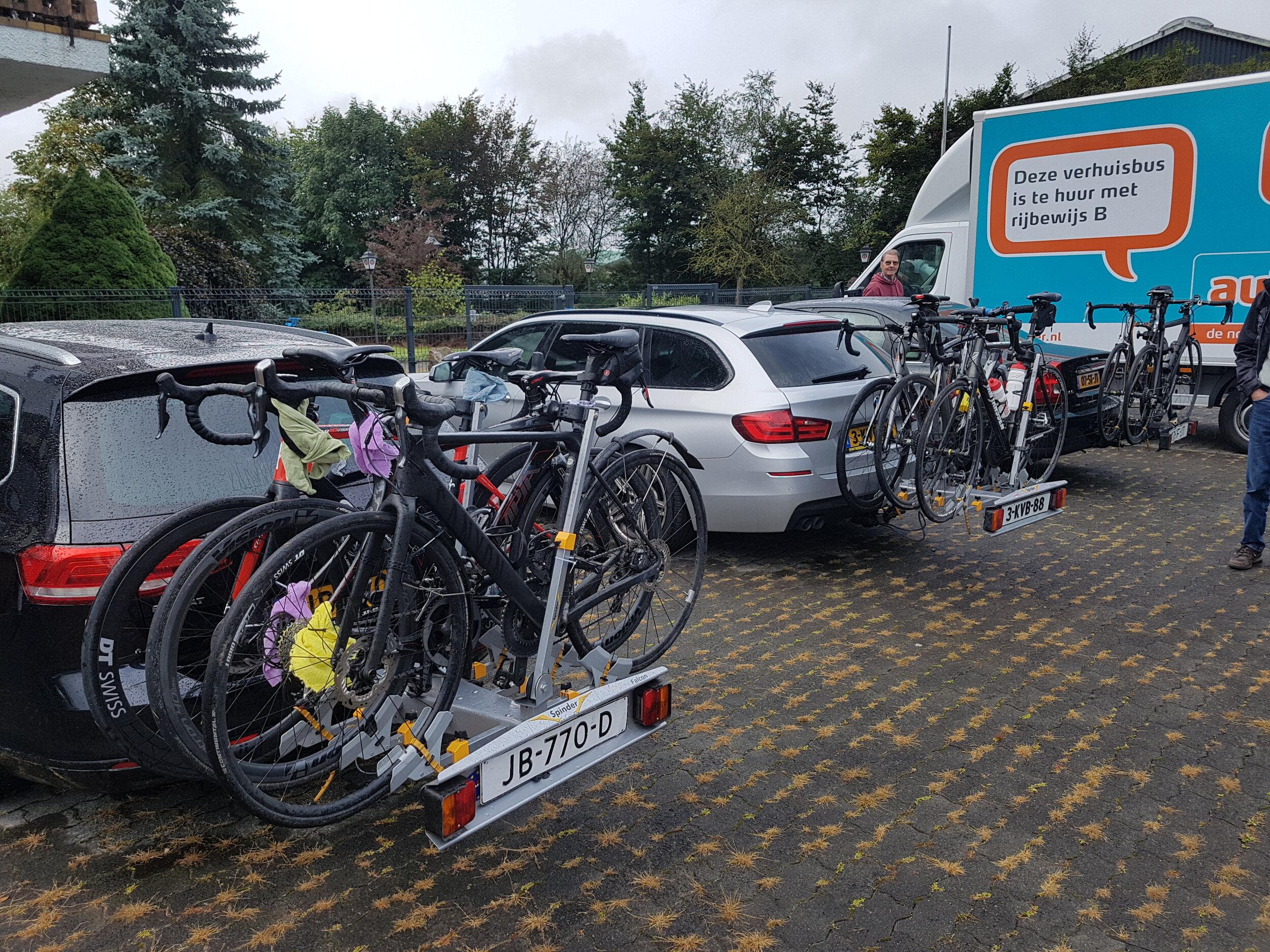 En de fietsen weer achterop de auto's gezet.