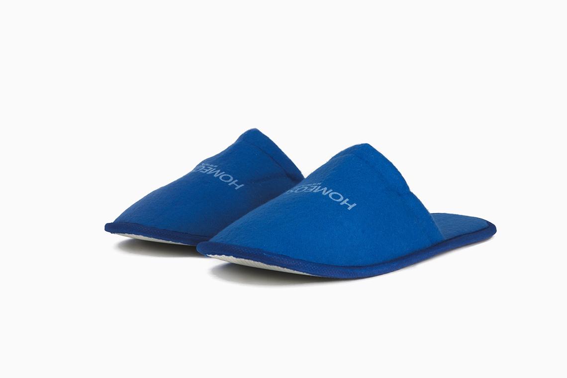 Zapatillas de hotel con imagen de la marca