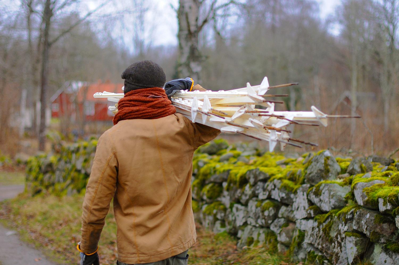 Tänk om Nils famn med stängselpinnar vore en hel famn med blommor?