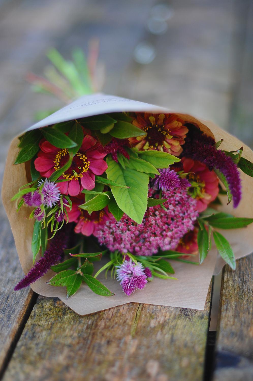 Snittblommor & buketter - Egenodlat och arrangerat för hand. Vi skördar nya blommor inför varje helg (i säsong).Det går även bra att beställa en bukett inför ett speciellt tillfälle.