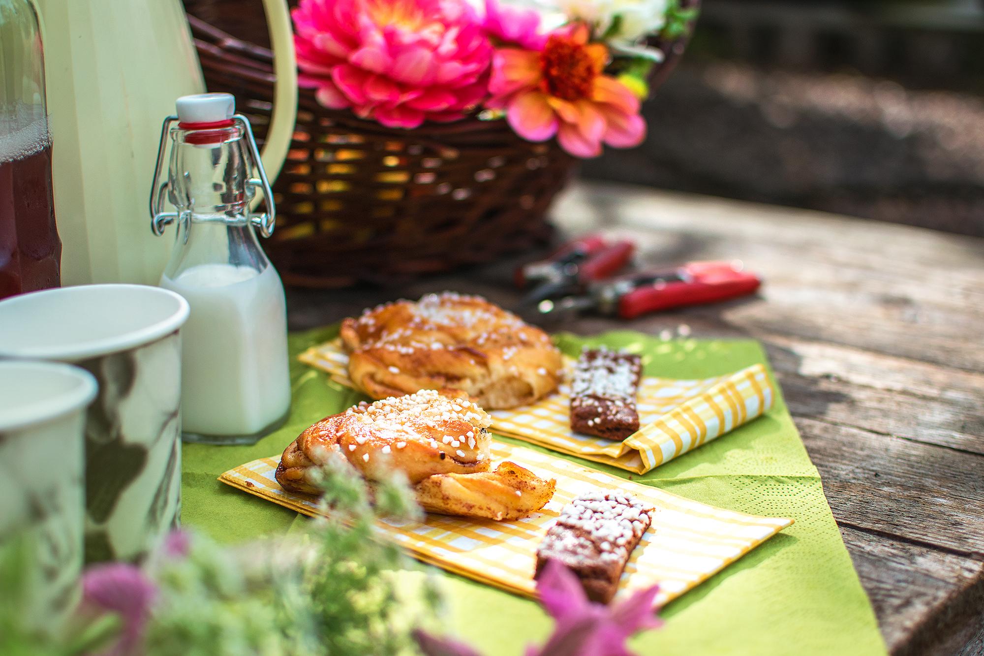 Boka en fikakorg i samband med er självplocksutflykt! - Vi erbjuder fikakorg till besökare som vill fika i samband med att plocka blommor hos oss. Fikabrödet är bakat hos hantverksbageriet Café Mandeltårtan i Ronneby.