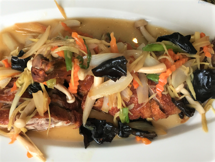 1/2 boneless crispy duck, sauteed onions, scallions, mushrooms, carrots, black mushrooms, and fresh ginger
