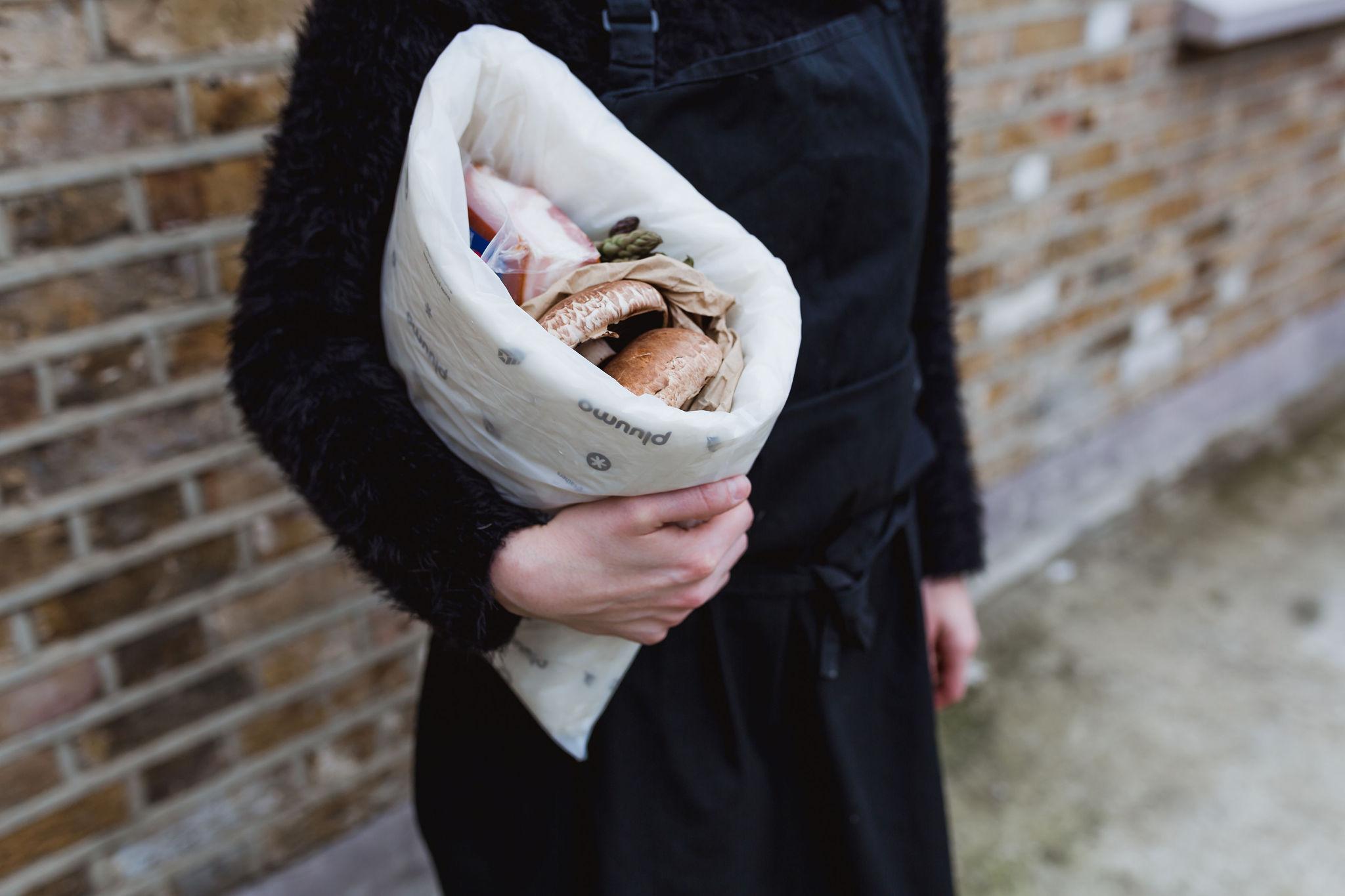 pluumo-BAG: Eine gefaltete pluumo Matte in einer kompostierbaren Filmtasche für kleine Sendungen von 1-2kg.