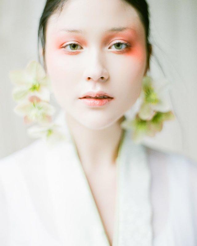 Different is beautiful 💕  Mentor : @vasiaphotography  Make Up : @theartistrycollective  Florals : @celsiafloral  Creative Director : @eriko_semitsu / @kadobykyoko Model : @kikobean  Hambok : @littlepinkdressdesign