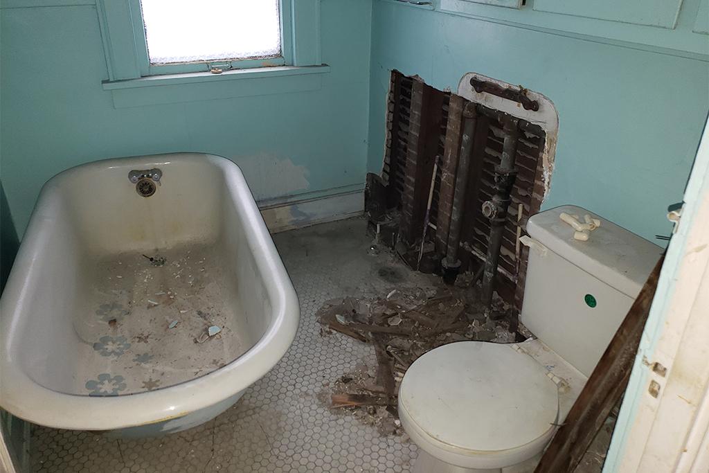 1113-E169th_Bathroom_02.jpg