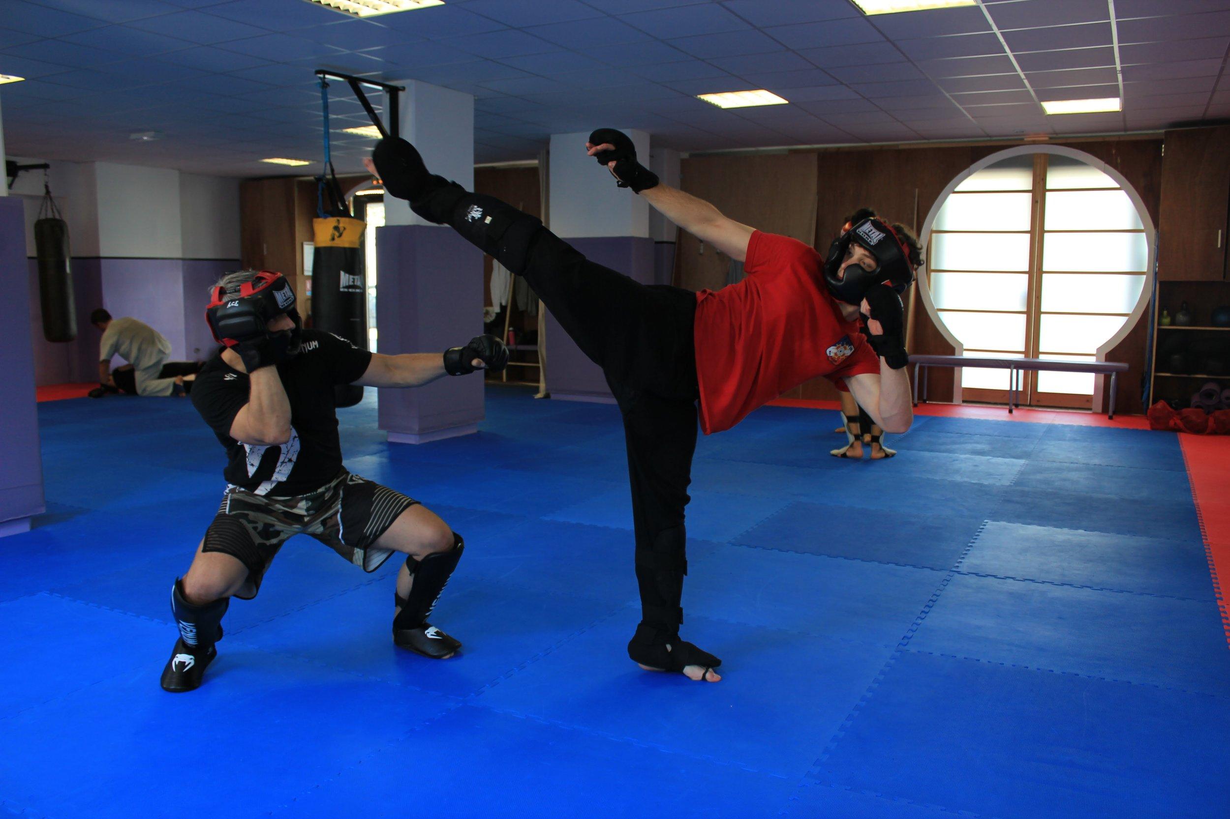 Sport de combat : boxe libre pieds poings, self défense et jeux de contact au Centre Thiêu Lâm.