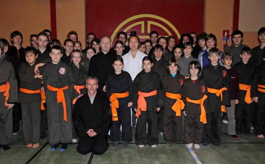 L'aventure commence…   En 2009, le maître Yuan Li Min arrive une première fois à Blagnac au gymnase du Ferradou pour enseigner  les arts martiaux Qi Gong et Tai Chi de Wudang.