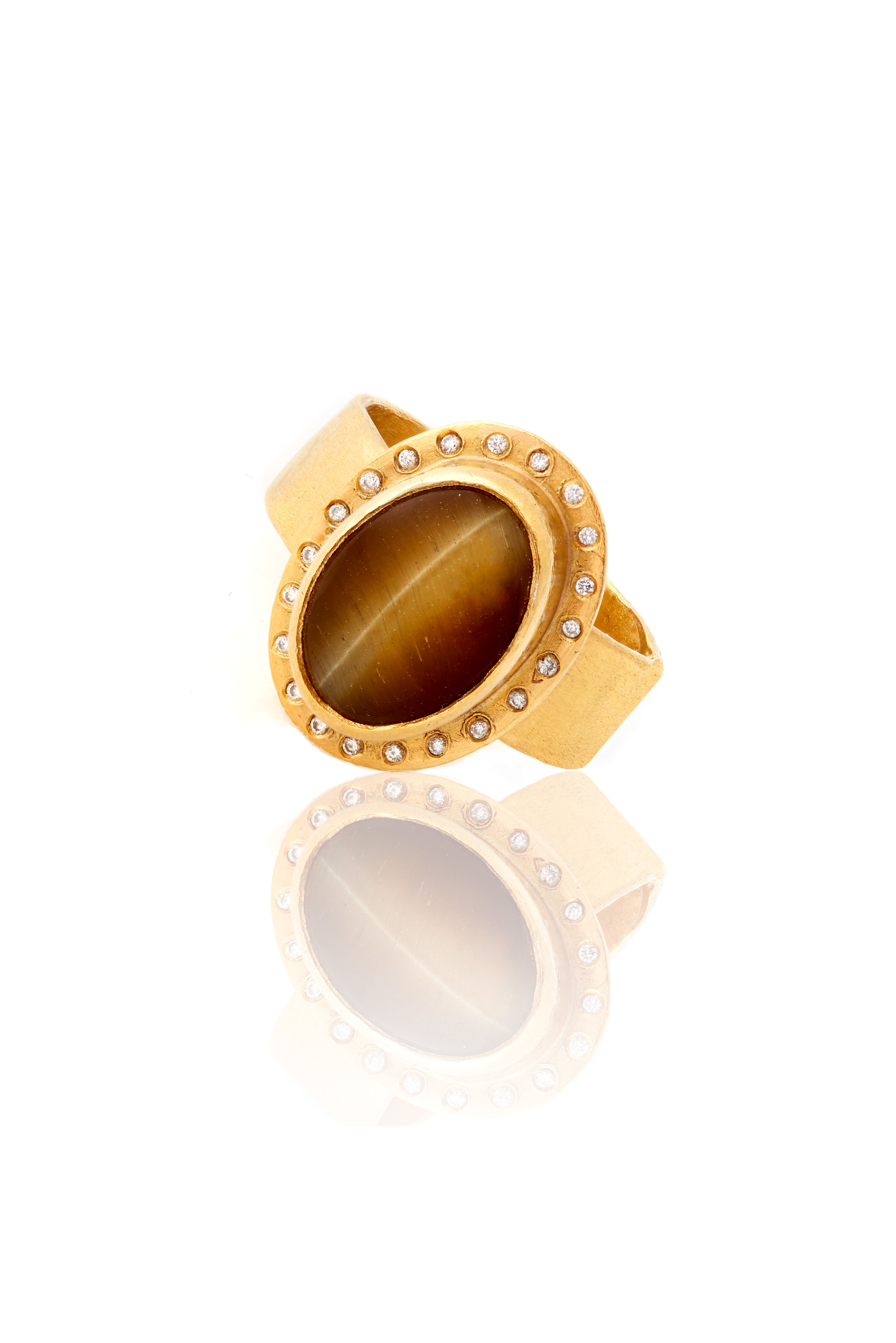 22K gold ring with tiger's eye and diamonds -