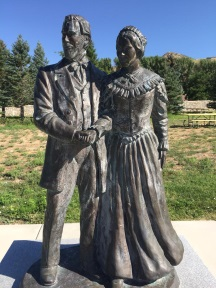 Elizabeth Haven and Israel Barlow statue.jpg