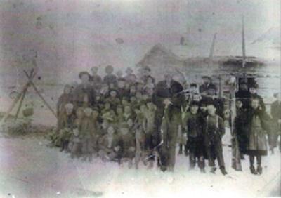 Log Wellington School photo 1884 with 17 students - William Tidwell, teacher