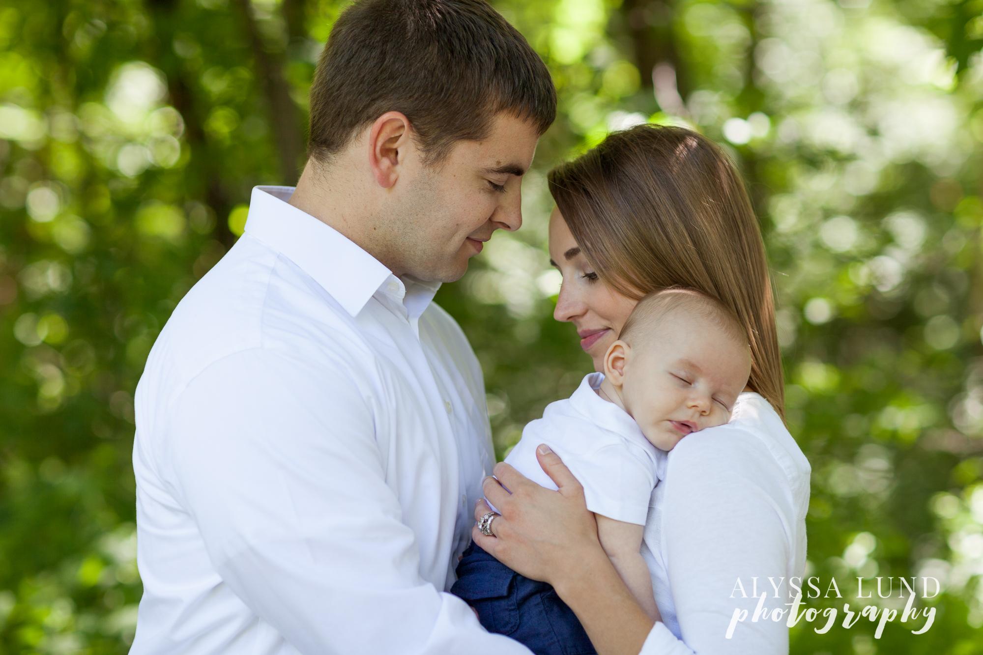 Minnesota outdoor park session newborn with parentts