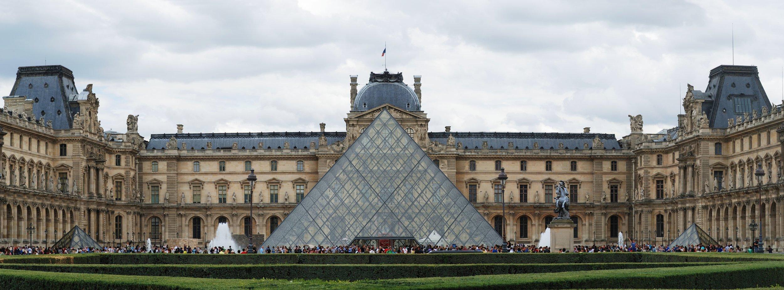 Louvre Courtyard. Joaquim Alves Gaspar. CC BY-SA 3.0