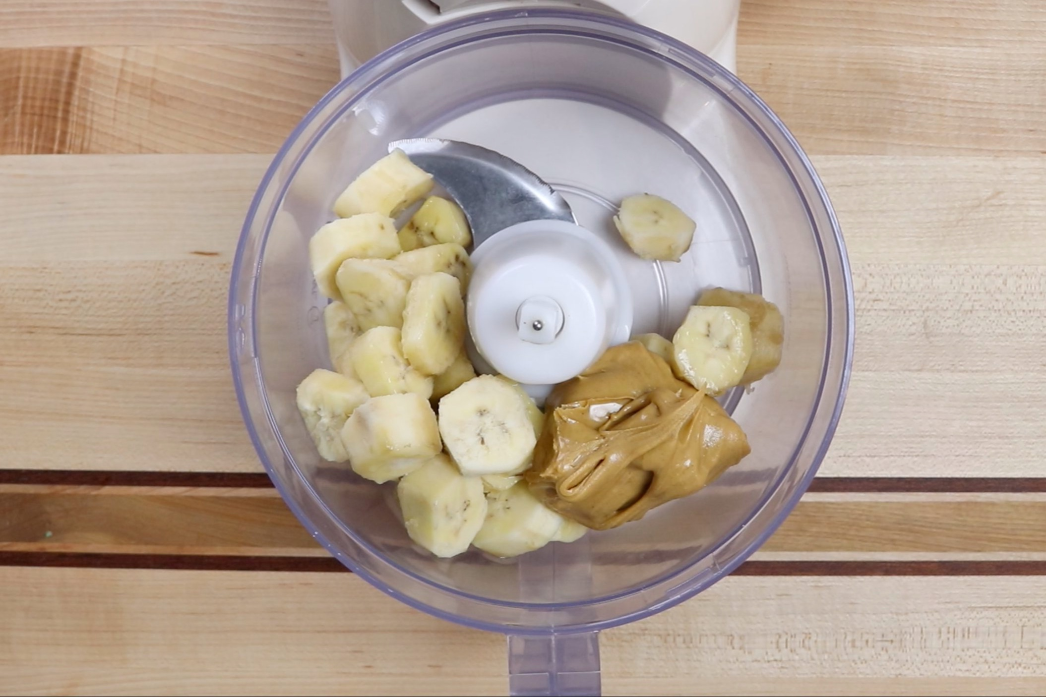 1.In a food processor or high-speed blender, add the banana slices and peanut butter. -