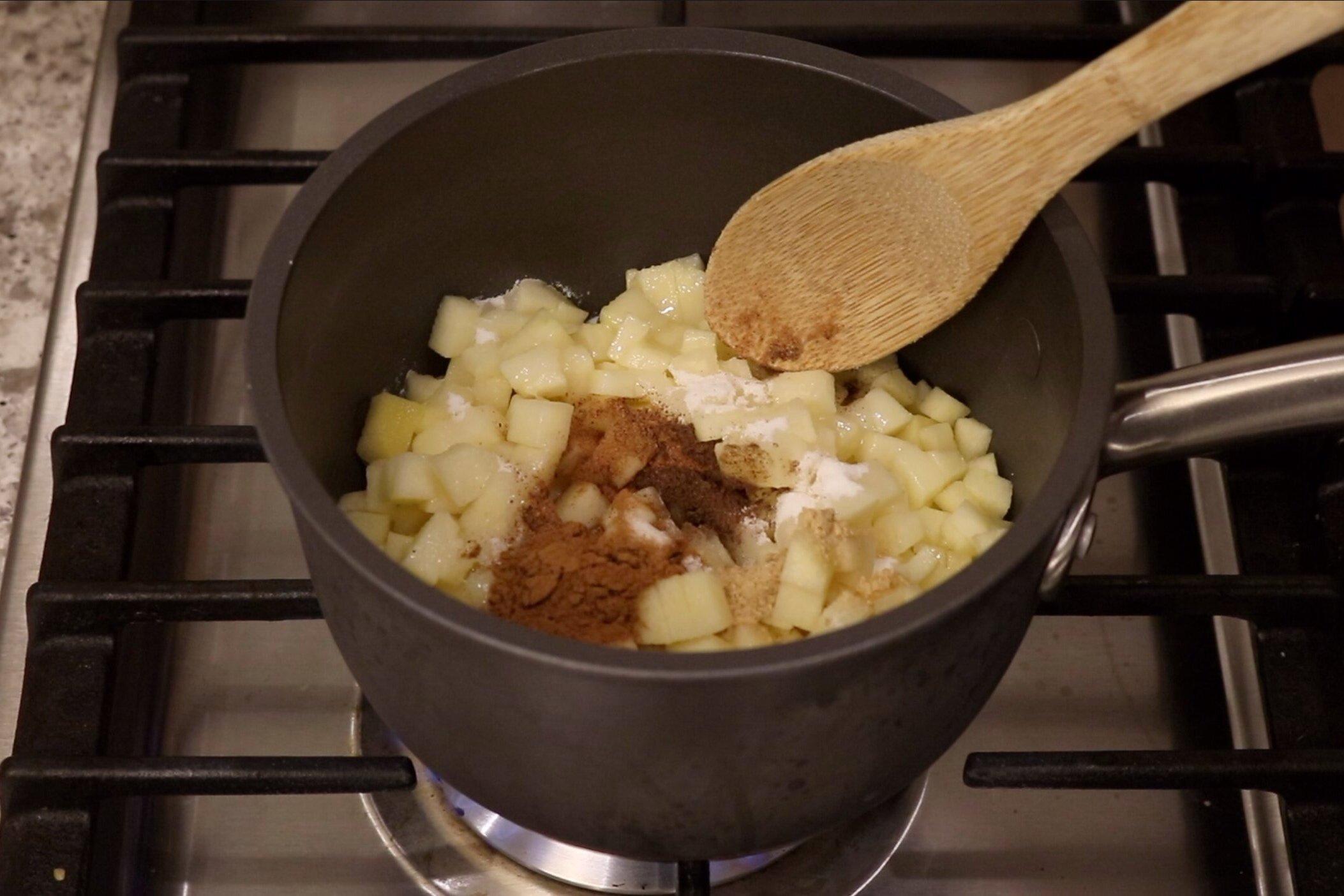 1. In a medium saucepan, add the apples, sugar, lemon juice, cinnamon, nutmeg, ginger and allspice. -