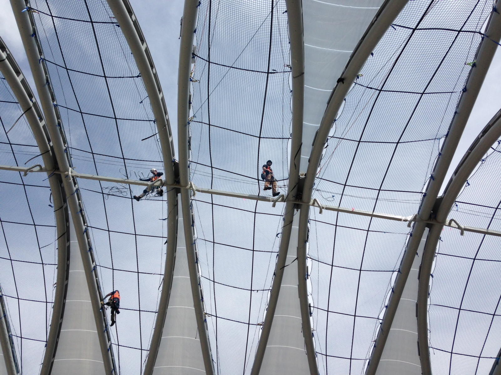 SATS' SPRAT technicians collaborating to install Texion® ETFE pneumatic cushions on the A.R.T.I.C project.