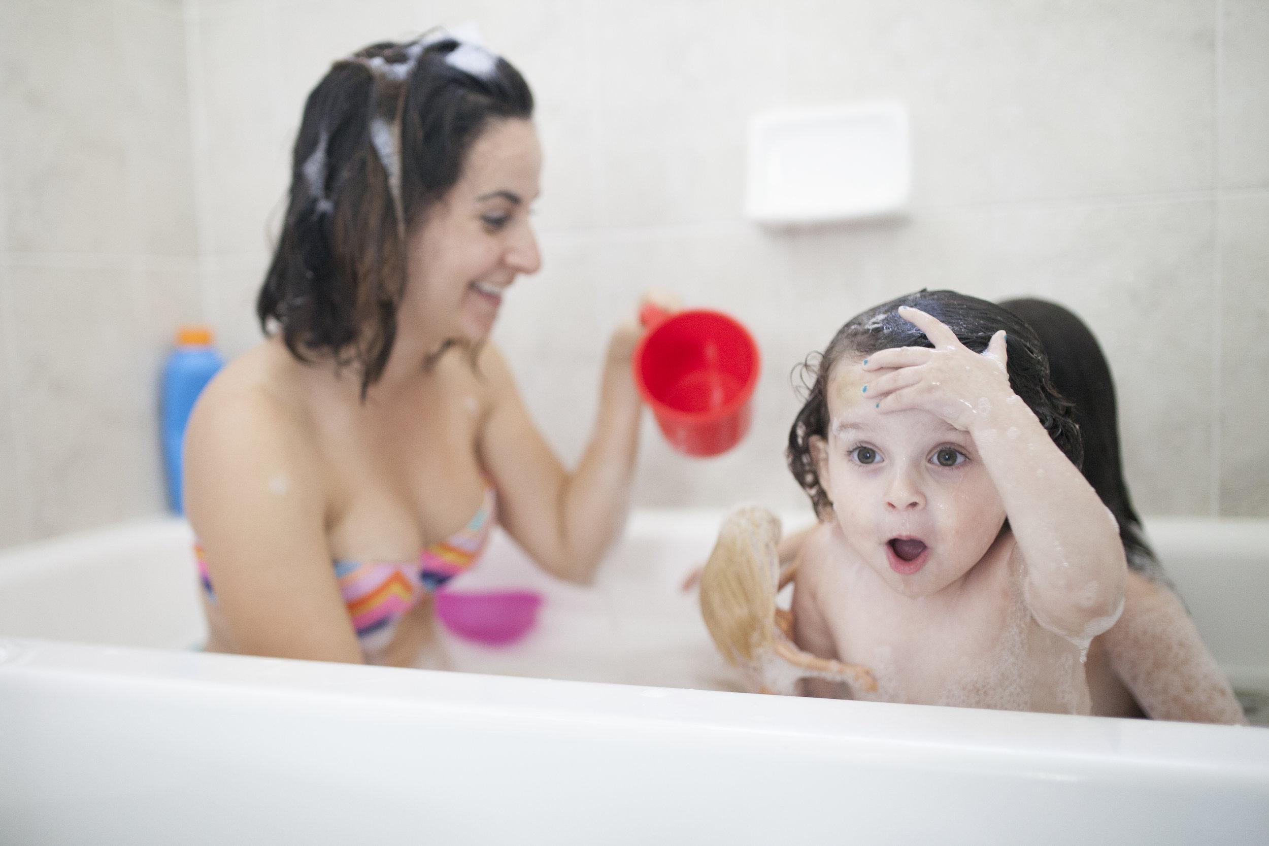 SURPRISED GIRL IN BATHTUB