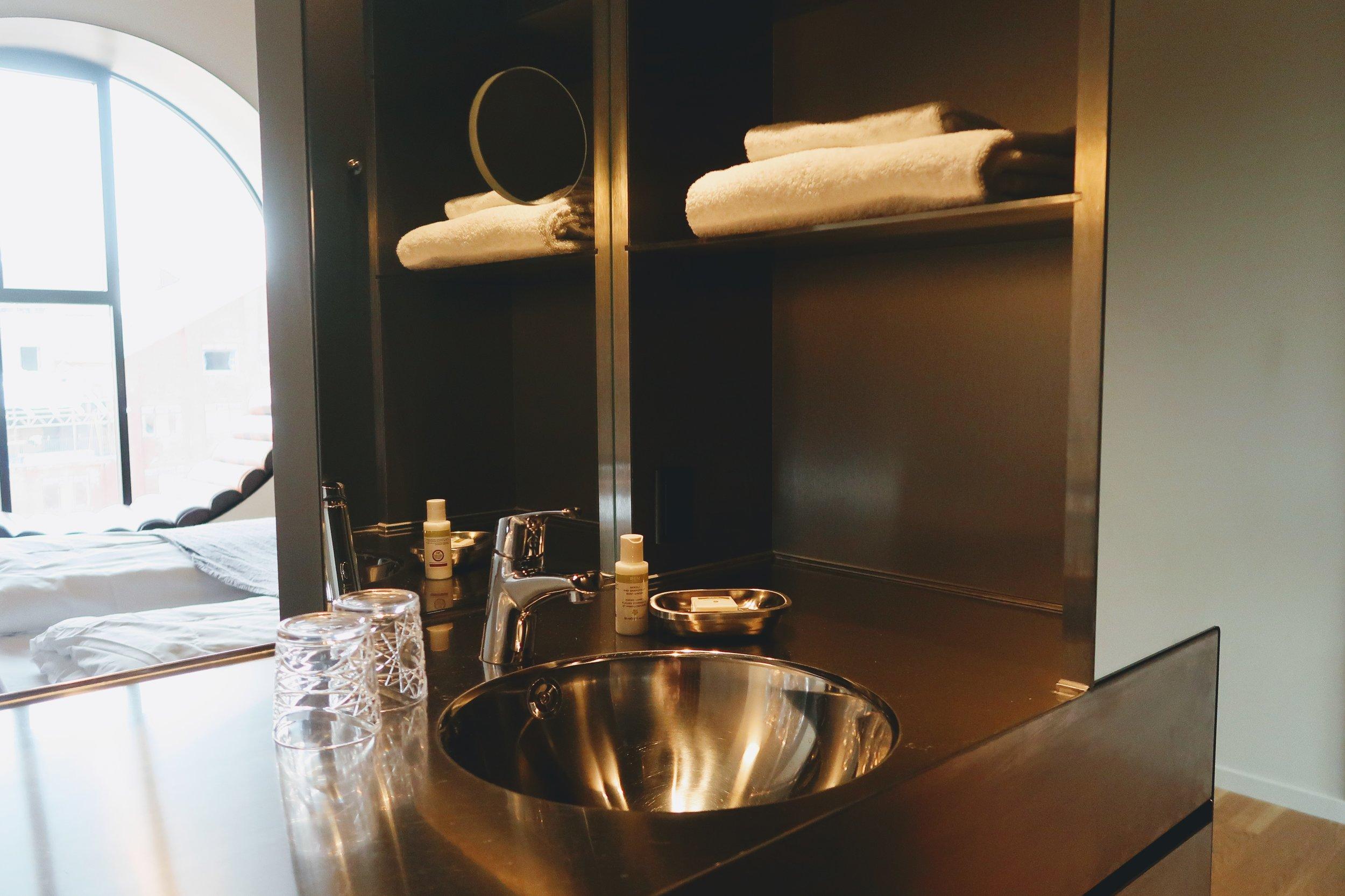 hotel-ottilia-bath-sink