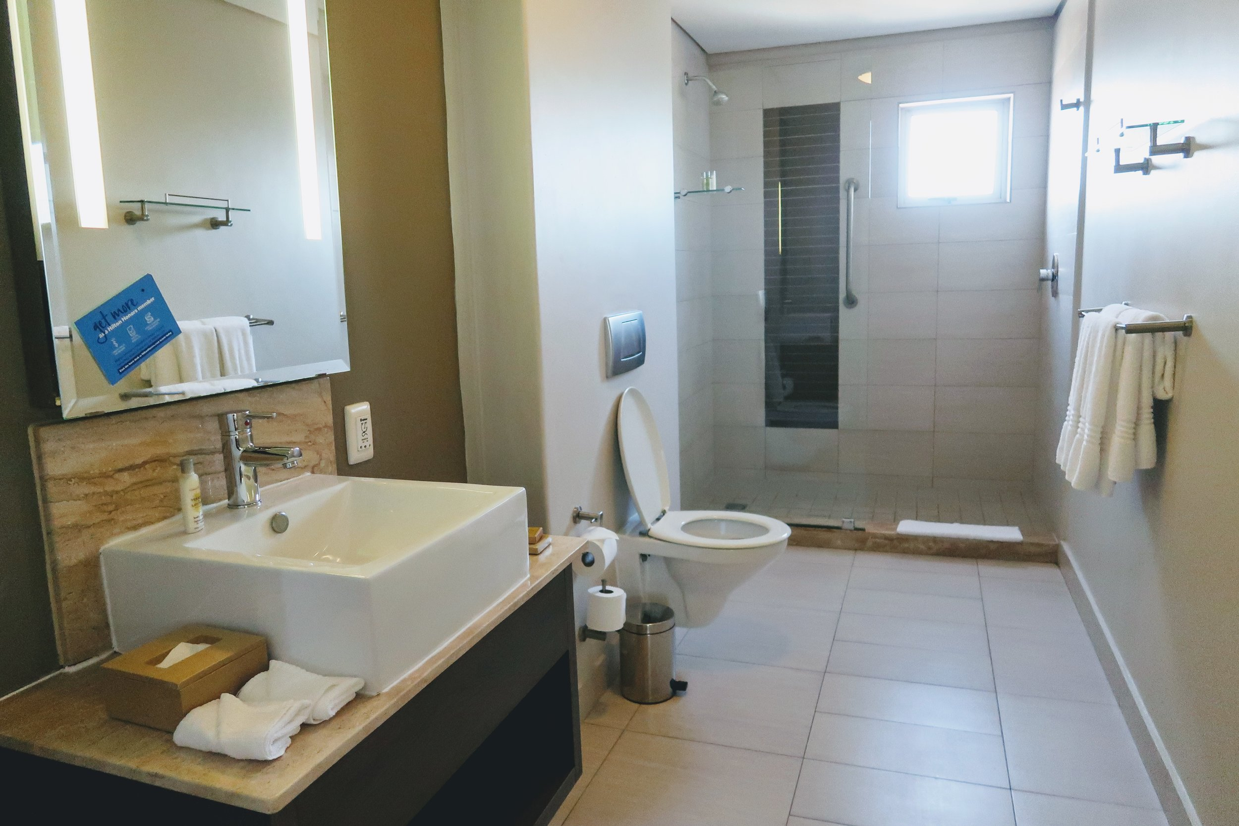 doubletree-hilton-cape-town-bathroom