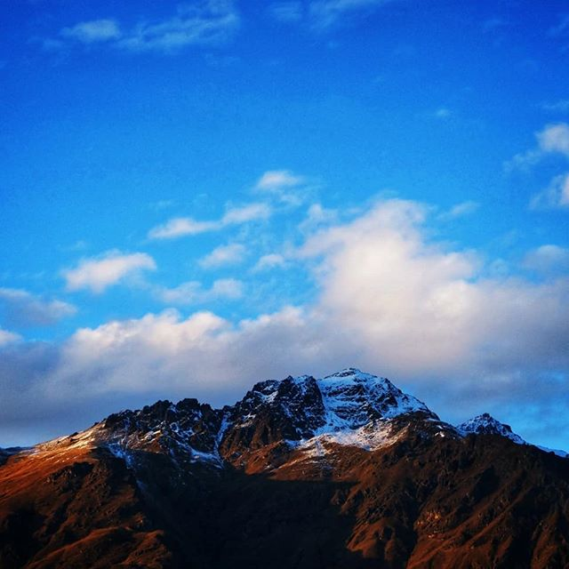 We headed back to Queenstown and spent the night freedom camping on Moke Lake--a nearby public land freedom camping site. The only neighbors we had were some sheep, some ducks, and gorgeous views of the surrounding mountains. . . #queenstown #mokelake #sheep #newzealand #peaks #mountains #mountainshotz #sunrise #baaaaaahhhhh #freedomcampingnz #purenewzealand #landscapephotography #bluebill #ducksofinstagram #passionpassport #travellifestyle #traveller #motorhomelife #vanlife