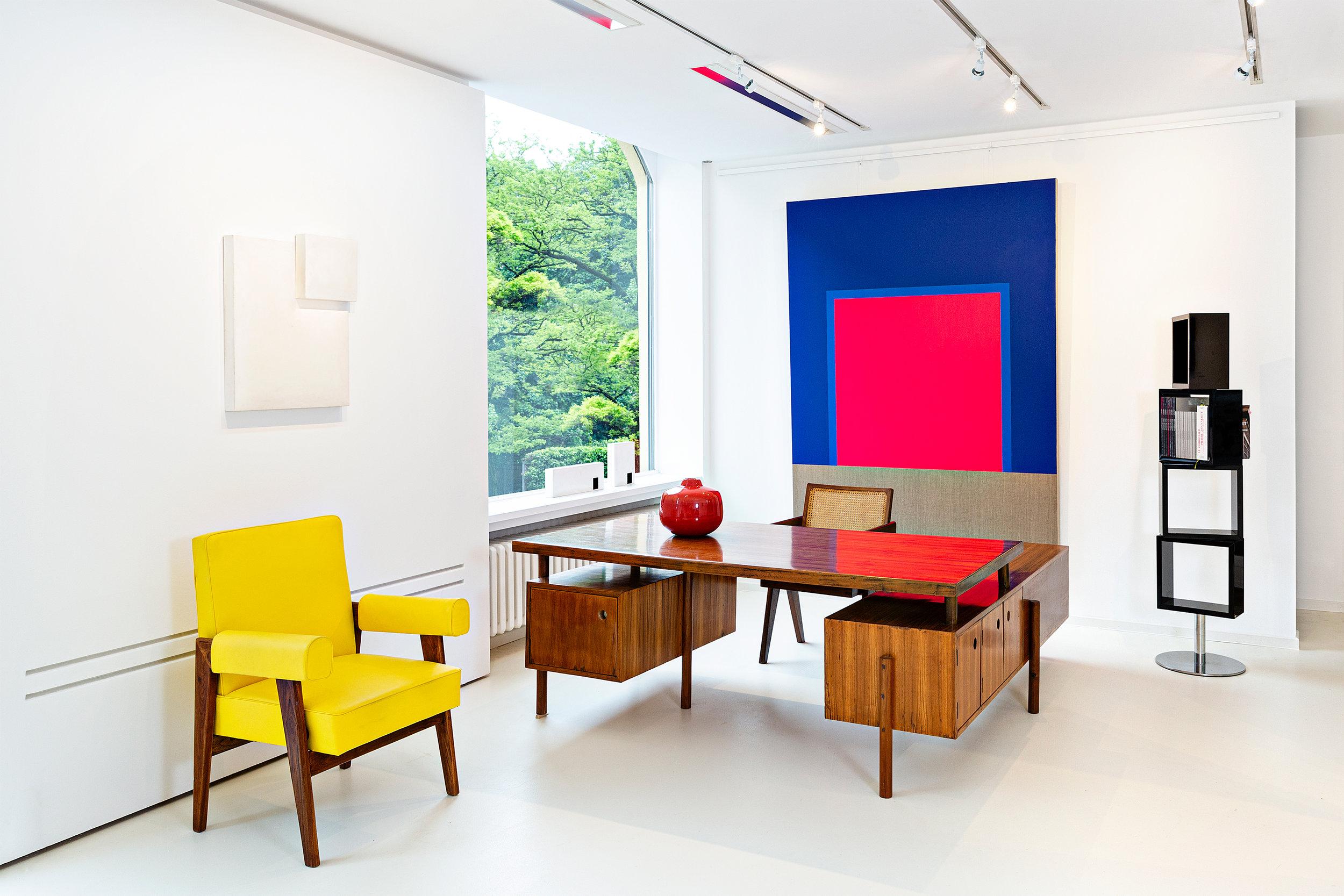 Innenansicht der der Galerie mit Design von Pierre Jeanneret und Kunst von Christian Muscheid und Mats Bergquist, Foto Francesco Giordano