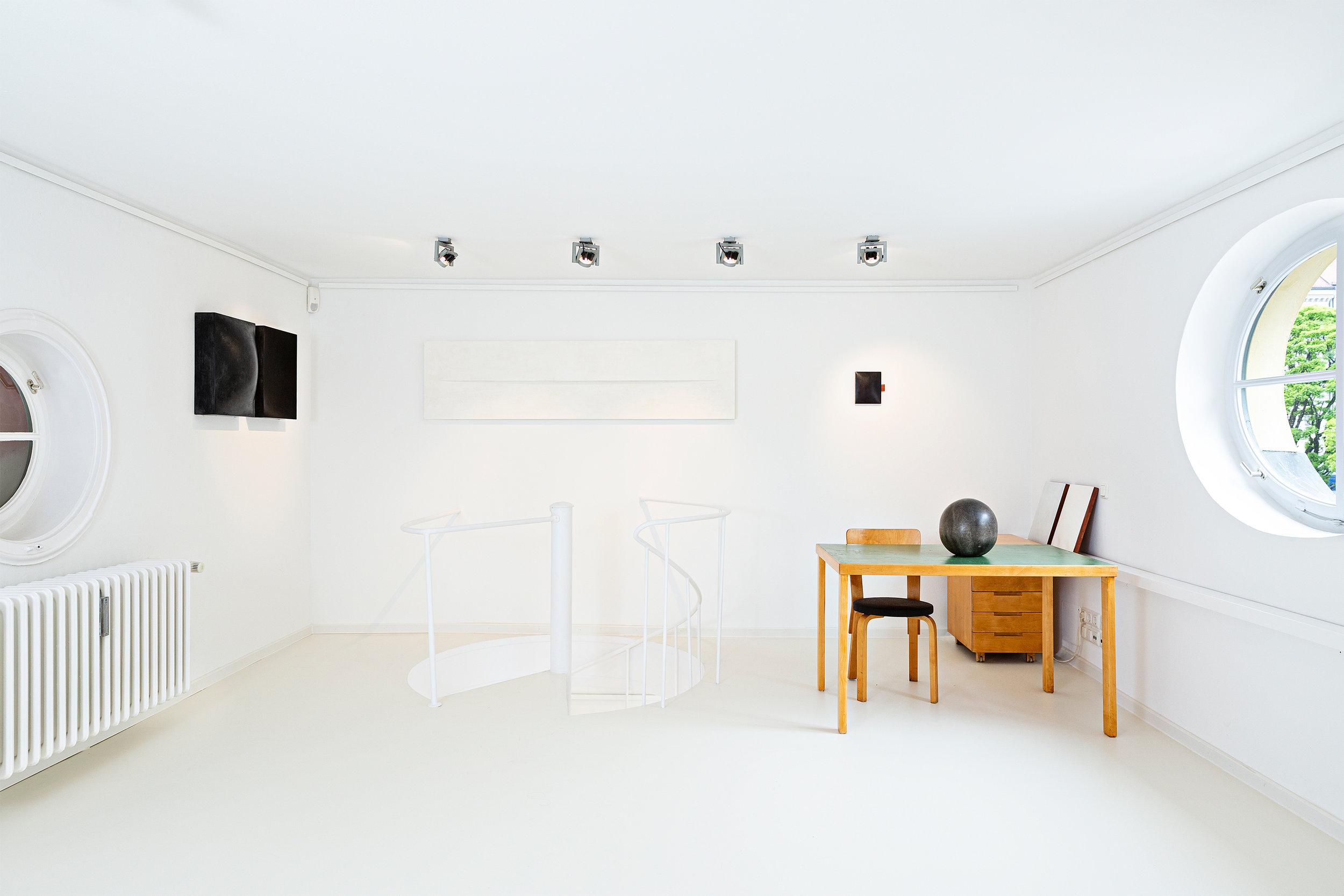 Innenansicht der der Galerie mit Design von Alvar Aalto und Kunst von Mats Bergquist, Foto Francesco Giordano, 2019