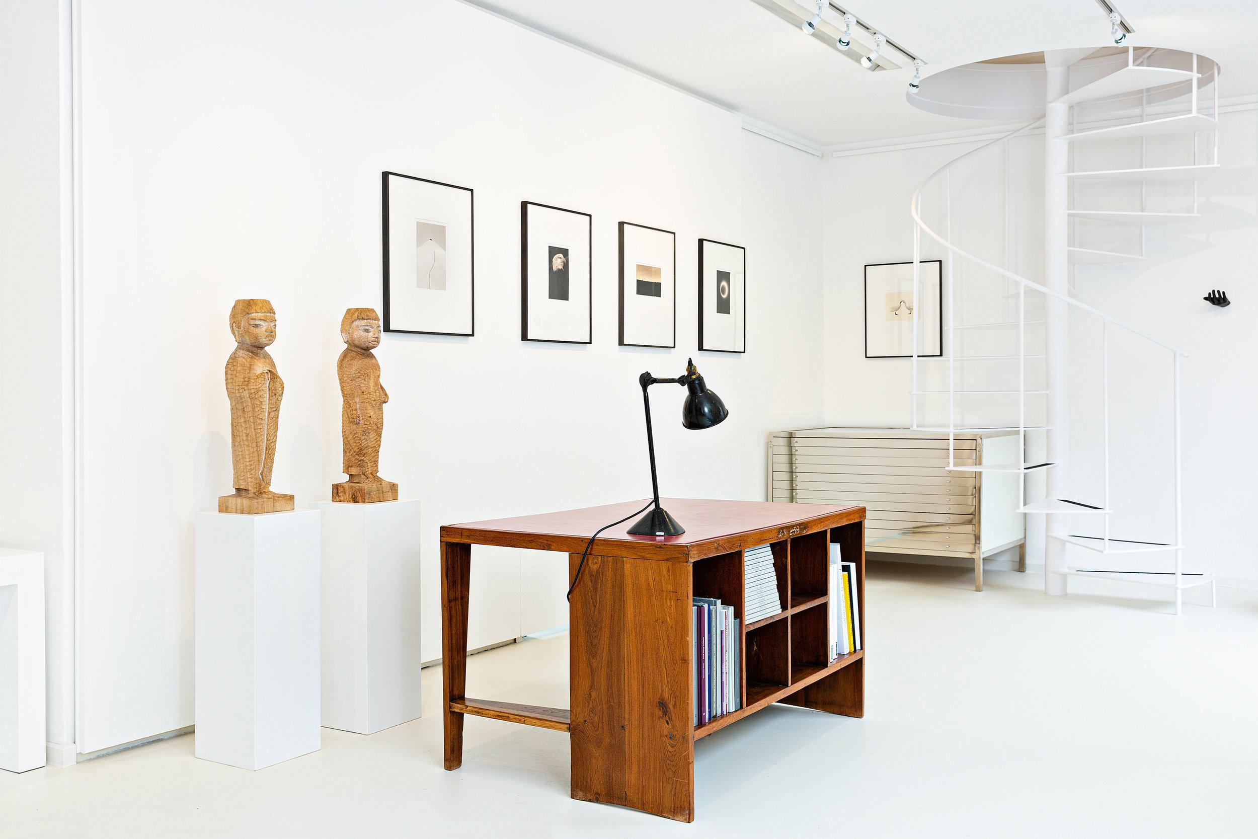 Innenansicht der der Galerie mit Design von Pierre Jeanneret und Kunst von Yamamoto Masao und Matsukuni Takimoto, Foto Francesco Giordano, 2019