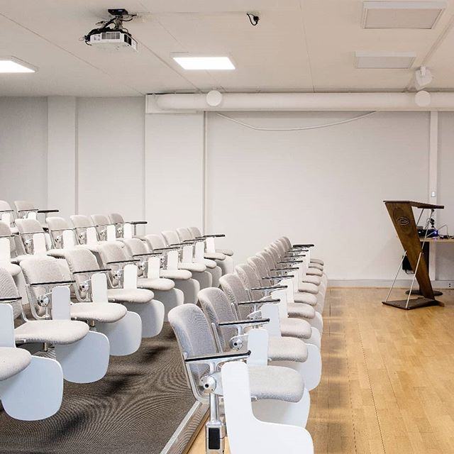 Are you looking for a place to talk about business in front of many people? 🗯️💬 Do you need a conference room to show a new product, talk to your investors or introduce your new business plan? 🚀 For all these purposes and for any other kind of events we have our beautiful conference room: it has a capacity of 50 seats and a really low price compared to the possibilities that it offers (600 NOK / Hour). 😮  Don't hesitate to contact us (through our social media, our website or by calling the following number, +47 93021709) if you need more information or when you like to see our facilities: we will be happy to show you around and find a suitable solution for you 👌  #bærum #conferenceroom #auditoriumhall #conference #bæruminternationalhub #norway #coworkingspace #coworking #coworkinglife #startup #startupbusiness #startupincubator #internationalhub #investor #networking #business #oih  #virtualoffice