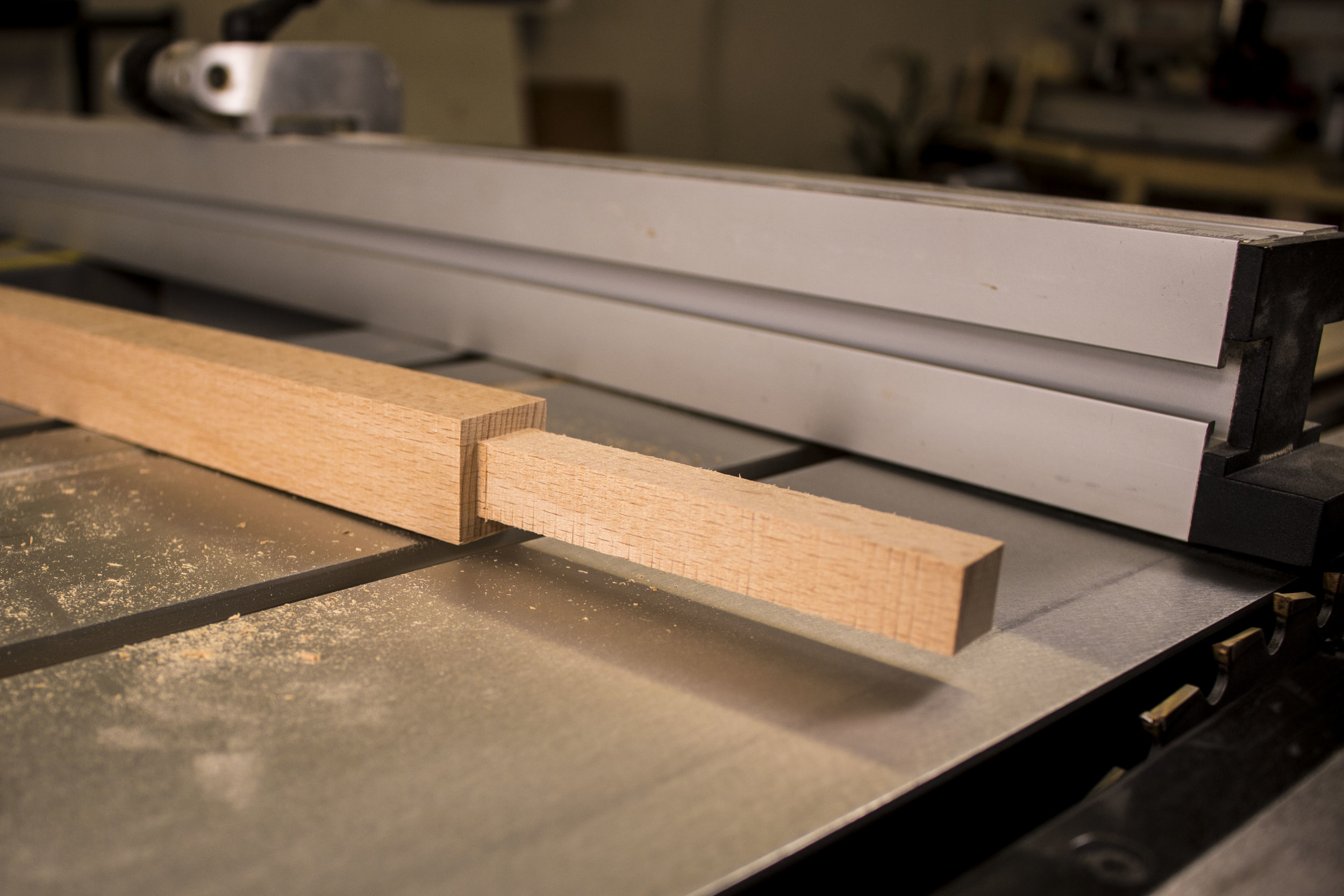 Saw the hanger thinner using the format saw. From the top of it 100 mm and to the depth of 5 mm.