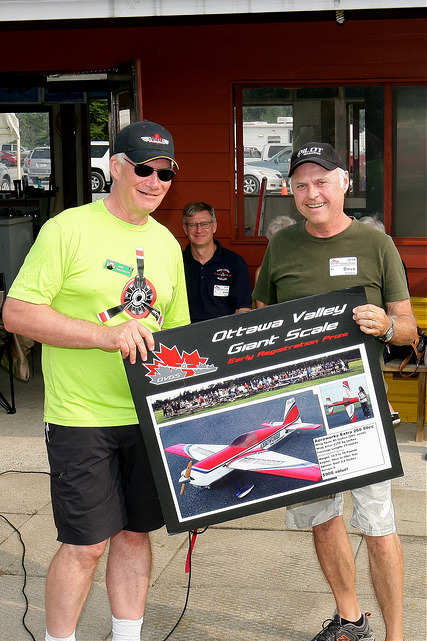 Mike Anderson presents this year's early registration prize to Dave Punchuk. (ARF provided by  Aircraft Modeler's Research )
