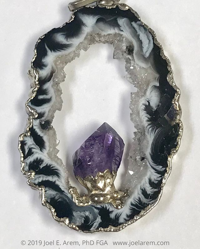 Brazilian agate geode from the 1970s, made into a pendant with a small amethyst crystal and electroformed setting. Sometimes nature makes a picture frame that is about as perfect as it can get. This little gem is about 2 inches tall. #gems#agate#Brazilagate#jewelry#geode#nature#fashion#etsyseller#gemphotography#mineralphotography#beauty