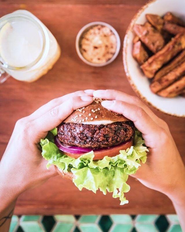 Lunch time is menu time! From 12pm to 3pm you can choose a side - soup, salad or sweet potato fries - and a drink - lemonade or iced tea - for more 3 euros! . . . . #veganrestaurant #vegeterianrestaurant #juicylisboa #vegetariano #vegano #veggiefood #follow #restaurantesdelisboa #lisboavegan #lisboavegana #lisboavegetariana #veganvegan #govegan #veganrecipes