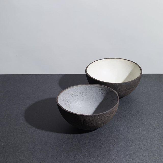 les bols 🥥 Terre noire chamottée émaillée à l'intérieur en blanc ou gris. La boutique est ouverte aujourd'hui jusqu'à 20h 💛 . . . . . #clay #gres #ceramique #ceramics #keramik #keramika #陶芸 #ハンドメイド #パリ#🥥 #handmadebowl #bowl #bowls #potterybowl #bol #bolceramique