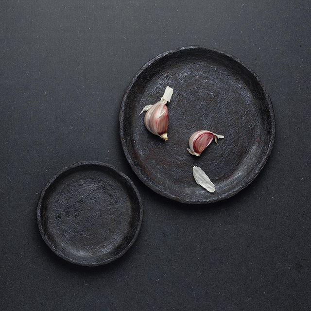 assiettes estampées en grès noir chamotté aspect brut avec son email noir mat . . . . . . #plates #ceramics #keramika #clay #clayplates #foodstyling #setdesign #fooddesigner #stilllife #garlic #raw #brut #blacktableware #blacktablesettings #allblack #artdelatable