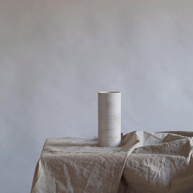 nouveau vase cylindrique tout simple en grès blanc émaillé au pinceau La boutique est ouverte aujourd'hui jusqu'à 20h ☀️ . . . . . #paris11eme  #paris11 #shoppingparis #parisshopping #ceramique #ceramicshop #keramika #陶芸家 #パリ#パリショッピング #ショッピング #ceramica #homedecor #minimalisthome #minimalhome #minimal #beige #beigedecor #linen #handmade #faitmain