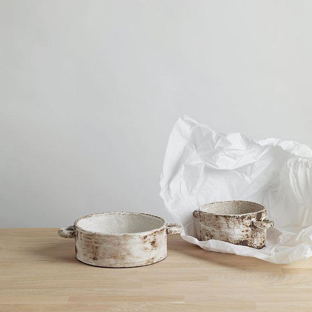 nouveautés à la boutique, casseroles en grès noir émaillé de blanc. Existent en deux tailles :) . . . . . #clay #ceramique #faitmain #handmadepottery #casserole #claypottery #keramika #foodstyling #stylismeculinaire #stilllife #madeinfrance #frenchceramics #ceramics #陶芸家 #ハンドメイド #パリ
