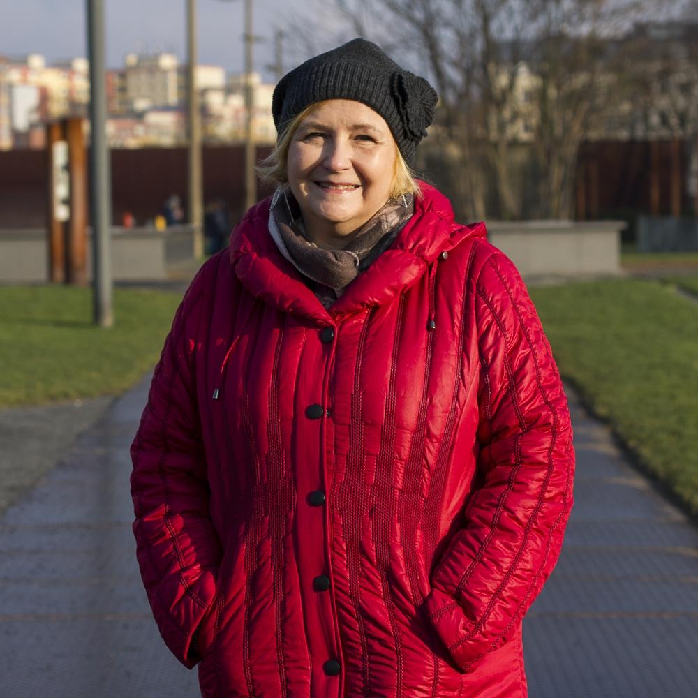 """Sharon Leigh Auri                   Sharon Auri ist die Geschäftsführerin des International Childcare and Education Centre (ICEC). Sie stammt aus England und wanderte vor 30 Jahren nach Finnland aus, wo sie 1989 zusammen mit ihrem finnischen Mann Mikko Auri das Unternehmen gründete.  Sharon hat ihre Ausbildung zur Pädagogin für frühkindliche Bildung in England abgeschlossen und hat ihre Karriere im multikulturellen Umfeld des ICEC verbracht. Das ICEC hat acht Center in Helsinki und Umgebung, in denen über 400 Kinder betreut werden. Unter den Familien und Mitarbeitern des ICEC sind rund 40 Nationen vertreten.  Viele der Kinder, mit denen sie arbeitet, sind zweisprachig und stammen aus sehr unterschiedlichen familiären Verhältnissen. Im Laufe der Jahre hat sie mit Pädagogen, Eltern und anderen Berufsgruppen an den Themen gearbeitet, die diese Familien betreffen, während sie in Finnland leben. Im Jahr 1996 hat Sharon das """"Early Years Educator""""-Programm (ein Training-Programm für Pädagogen im frühkindlichen Bereich) gestartet. Sie ist qualifizierte Prüferin für diesen Abschluss - einem englischen """"National Vocational Qualification"""" (NVQ). Nach stetem Wachstum ist das ICEC nun registriertes Center für die Ausbildung von Pädagogen für frühkindliche Bildung."""
