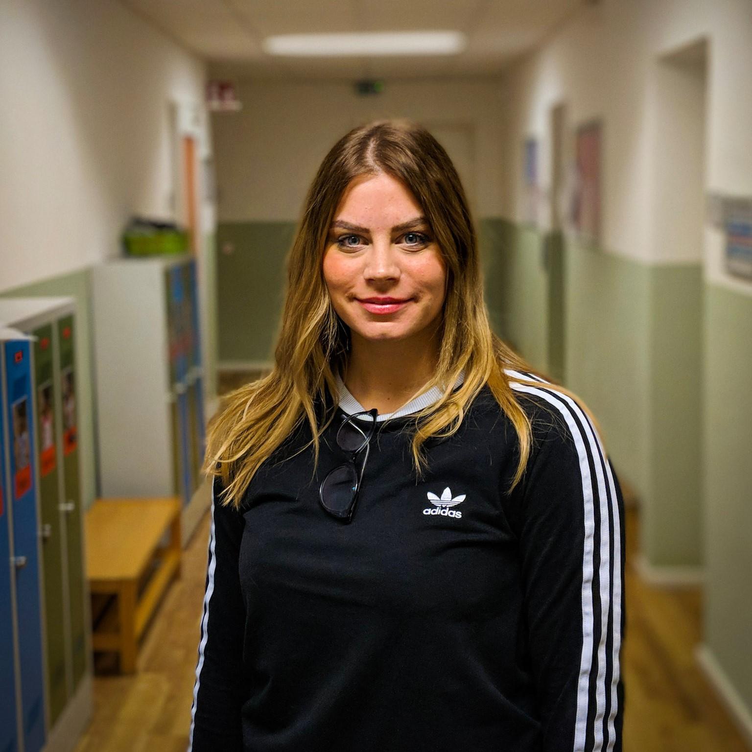 Josephine Fitzner   Josephine ist ausgebildete Erzieherin und hat einen Universitätsabschluss im Management von frühkindlicher Bildung. Sie hat in verschiedenen multikulturellen Kindergärten gearbeitet und ist seit Mai 2017 als Deutschlehrerin für Kleinkinder an der Berlin Cosmopolitan School tätig.  Der Inhalt und die Aussicht auf eine Umsetzung, die das Erasmus-Projekt bietet, lässt ihr Herz in der Erwartung höher schlagen, die Qualität frühkindlicher Bildung zu verbessern und einen international ausgerichteten Geist, Werte und Normen innerhalb des Erasmus-Teams und darüber hinaus in ganz Eruopa und vielleicht sogar der Welt zu entwickeln  Josephine ist fest davon überzeigt, dass die aktuelle und zukunftsorientierte Verbreitung von pädagogischen Prozessen und Konzepten, des Transfers wissenschaftlichen Wissens in das Klassenzimmer bedarf. Sie ist sich sicher, dass internationale Netzwerke zum Austausch von Methoden, Erfahrungen und Wissen den Schlüssel zum Erfolg darstellen. An der Schnittstelle zwischen Theorie und Praxis hilft dieses Erasmus-Projekt, Bewusstsein, Arbeitshilfen und ein besseres Verständnis der Rolle von PädagogInnen herzustellen.  Josephine freut sich auf die Teilnahme an diesem Projekt, dass es ihr ermöglicht, mit unterschiedlichen und gleichgesinnten KollegInnen an einem gemeinsamen Ziel zu arbeiten: die Verbesserung frühkindlicher Bildung mit Rücksichtnahme und Gleichberechtigung für interkultuelle Lehrer/Eltern-Partnerschaften. Sie ist gespannt darauf, sich auf das Erasmus-Projekt einzulassen und freut sich darauf zusammen mit dem Forschungsteam einen positiven Einfluss auf die frühkindliche Bildung zu haben!