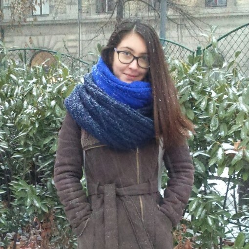 Lilla Márkus   Lilla Márkus ist eine der PsychologInnen der Lóczy Stiftung für Kinder, welche die Arbeit des Pikler-Tagesstätte unterstützt. Sie hat einen MA in Psychologie von der PPCU Budapest. Erste Erfahrungen mit der Pikler-Methode machte sie während des Studiums. Einige Jahre später lernte sie die Arbeit der Kita kennen, als sie an einem Postgraduierten-Training für Eltern-Säugling-Bewertung und -beratung teilnahm. Lilla ist dem Pikler-Team 2017 beigetreten, nachdem sie drei Jahre als Kindergartenpsychologin tätig war. Sie nimmt an Programmen für Kinder und Eltern teil und nimmt an der aktuellen Forschungsarbeit des Pikler-Forschungsteams teil. Ihre eigene Forschungsarbeit und praktisches Interesse liegt in den protektiven und Risikofaktoren in der Entwicklung früher Eltern-Säugling-Beziehungs- und Regulierungsmuster sowie der Behandlung und Regulationsstörungen im Säuglings- und Kleinkindalter.