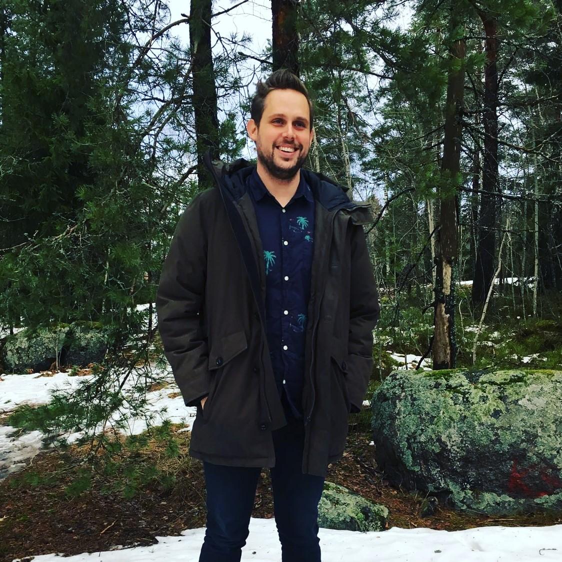 Andrew Watson   Mein Name ist Andrew Watson. Ich komme ursprünglich aus Australien und lebe seit 2014 in Finnland. Ich bin seit fast vier Jahren beim ICEC tätig und arbeite mit Fünfjährigen mit zweisprachigem Hintergrund. Meine Leidenschaft ist es, Kinder durch szenisches Spielen und Geschichtenerzählen zu unterrichten, und sehe dies als den Schlüssel an, um eine Brücke über sprachliche und kulturelle Barrieren zu schlagen.  Ich bin danach bestrebt, in mein Klassenzimmer eine Atmosphäre zu schaffen, in der Kinder sich selbstbewusst und sicher fühlen, und wo sie die Gelegenheit haben, sich auf eine Vielzahl von kreativen Wegen zu artikulieren. In meiner Freizeit mag ich Lesen, Tennisspielen, Reisen und Schwimmen.