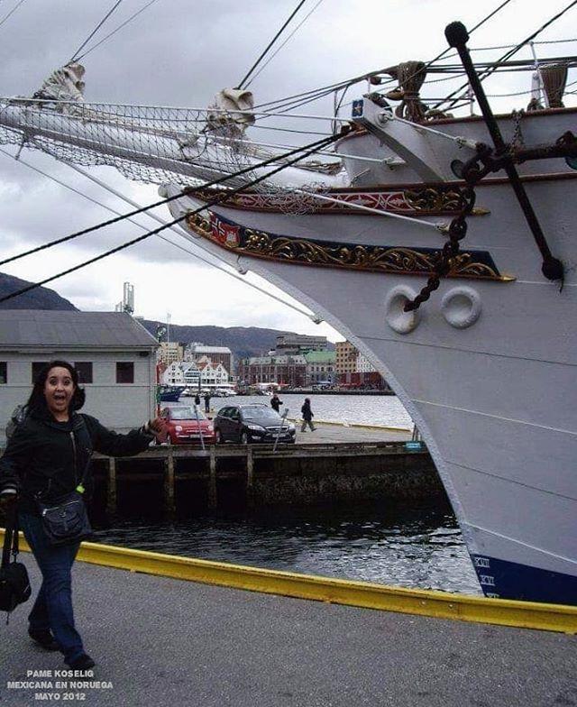 """Pensando en ideas/temas para nuevos videos me encontré con esta fotografía del 2012 ☺️ . Tenía pocos meses en #Noruega y vivíamos en la ciudad de #Bergen 🇧🇻 . En esta foto pueden ver una pequeña parte de uno de mis veleros favoritos llamado """"Statsraad Lehmkuhl"""" 💜 . ¿Les gustaría que les cuente historias de cuando vivía en Bergen e iba a la Universidad? 🤔 . . . . . . . . . . #PameKoselig #MexicanaEnNoruega #NorwegianLife #Norway #Norge  #StatsraadLehmkuhl#Bergen #TB #ThrowBack #2012 #2012Memories #VisitBergen #Hordaland #Norsk #MittNorge #MittBergen #DreamchasersNorway #NorgeFoto #MexicanasPorElMundo #BergenNorway #Mexpat #MexicanAbroad #NoruegaTodoelAño #NoruegaNoPara #Sailship"""