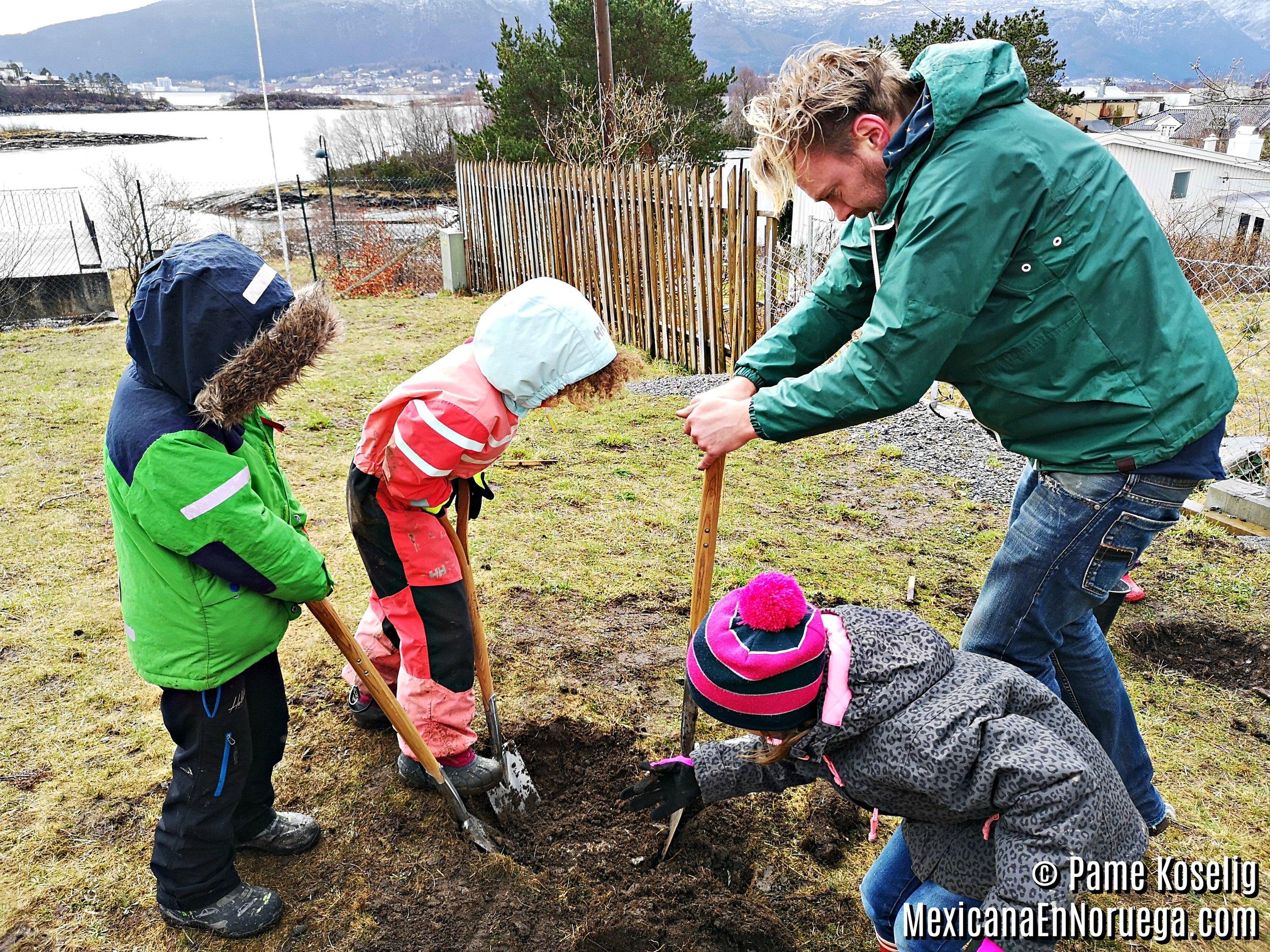 7 - Stian y los niños _ Pame Koselig _ Mexicana en Noruega.jpg