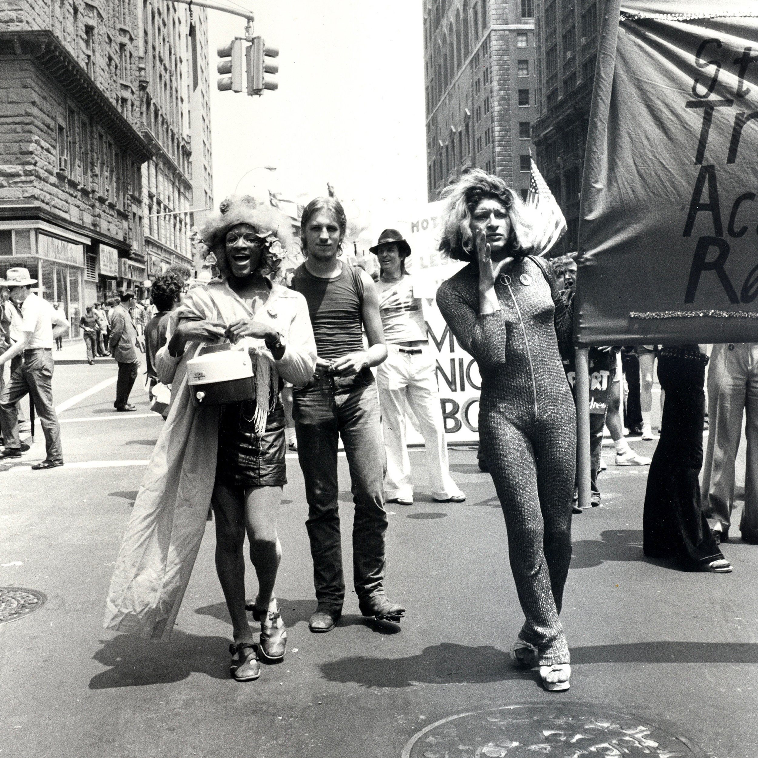 We shall overcome - Marsha P. Johnson (izquierda) y Sylvia Rivera (derecha), cofundadoras de Street Transvestite Action Revolutionaries (STAR) en el Desfile del Orgullo Gay en el Día de la Liberación de Christopher Street.Nueva York, 24 de junio de 1973. Crédito: Leonard Fink.Cortesía LGBT Community Center National History Archive.