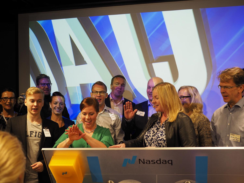 Nasdaq Helsingin pörssin avaus tapahtui seminaarin aikana klo 10:00. Kuvassa pörssikellon avaa tapahtuman tuottaja Hanne Nuutinen vieressään Nasdaqilta Erja Retzén tapahtuman puhujien ja kumppanien kera.