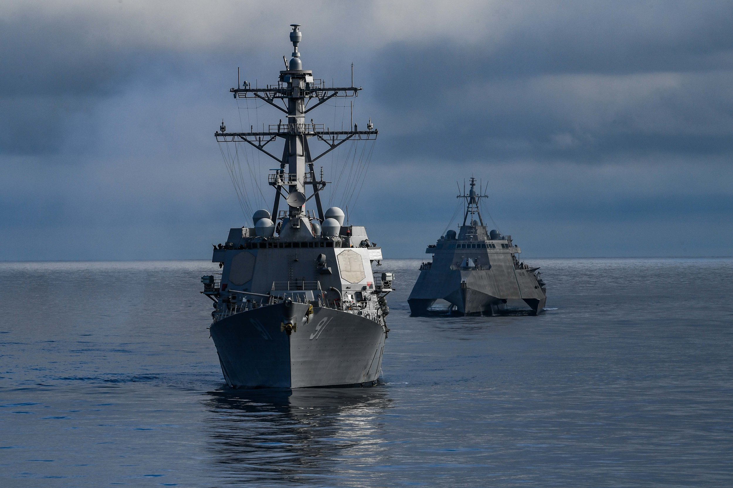 USS Pinckney (DDG 91), front, and the Independence-variant littoral combat ship USS Omaha (LCS-12) transit the Pacific Ocean on July 19, 2019. US Navy Photo