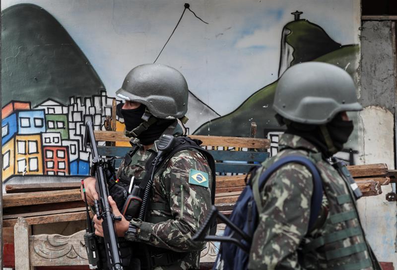 El 69 % de los brasileños aprueba la intervención militar en la seguridad de Río .jpg