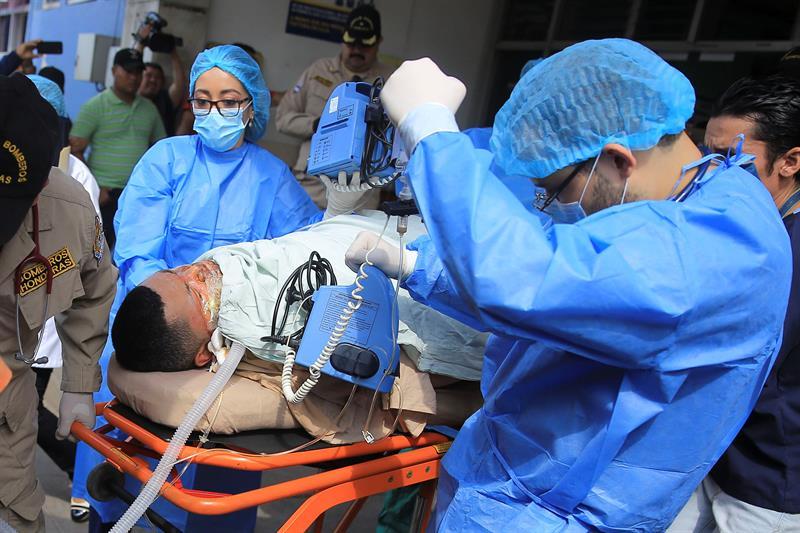 El presidente hondureño agradece a México el apoyo médico a los tres bomberos quemados .jpg