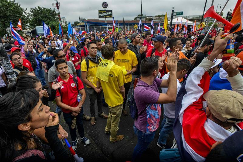 Cientos de manifestantes fueron registrado este viernes la congregarse en el exterior de la Asamblea Legislativa de Costa Rica, para protestar por la polémica reforma fiscal, en San José (Costa Rica).