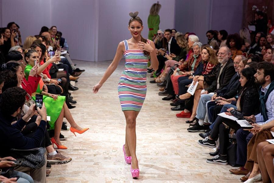 modelo desfila con uno de los diseños de Agatha Ruiz de la Prada.jpg