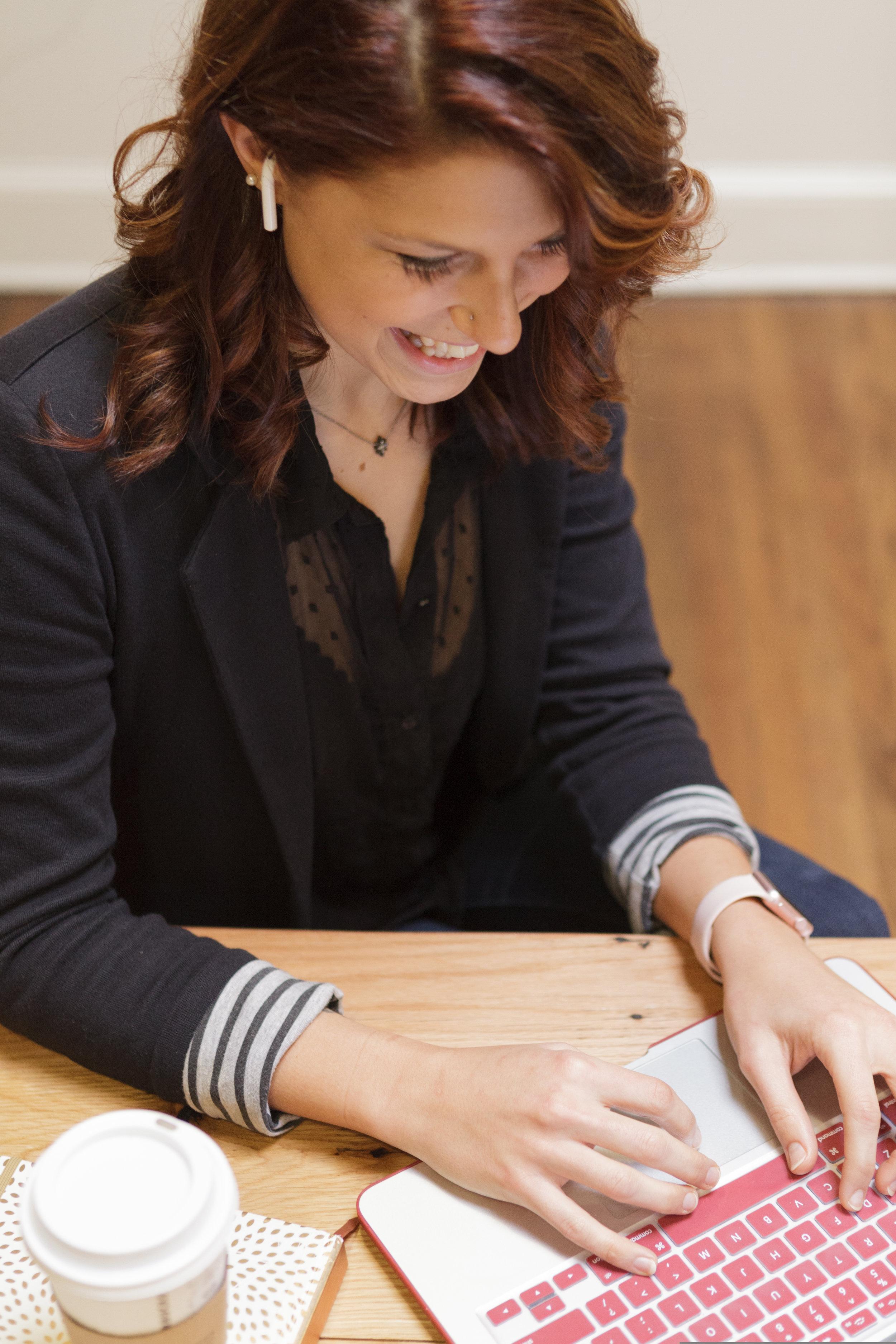 enid-brenize-writing-on-laptop-during-coaching-copywriting-session
